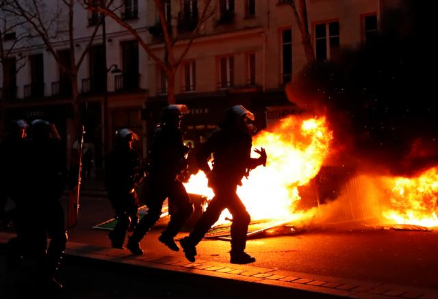 Photo of Clashes erupt in Paris as 'yellow vests' protest at unrepentant Macron