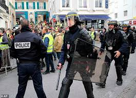 Photo of The yellow jackets continue to demonstrate and the French police are preparing 80 thousand elements in anticipation of Saturday's demonstrations