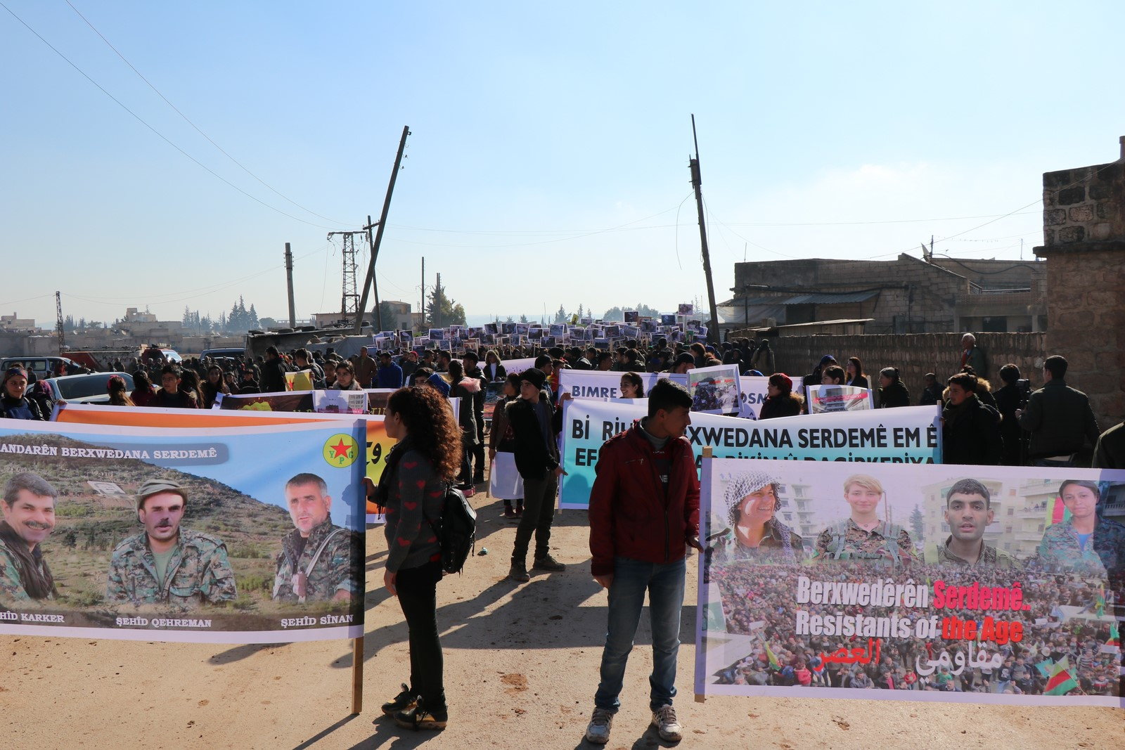 "Photo of Thousands of Afrin residents chant ""We will return to Afrin"""