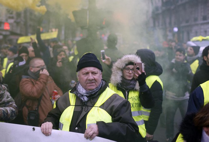 Photo of 'Yellow vests' back on France's streets to challenge Macron