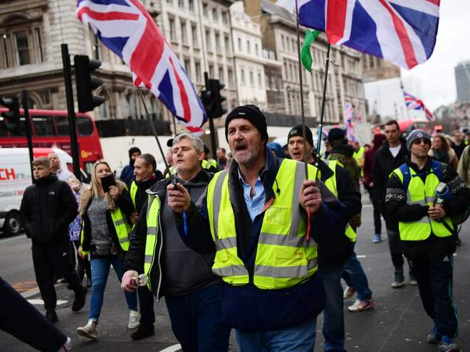 Photo of Yellow vests: Protesters from right and left demonstrate in high-vis jackets in London