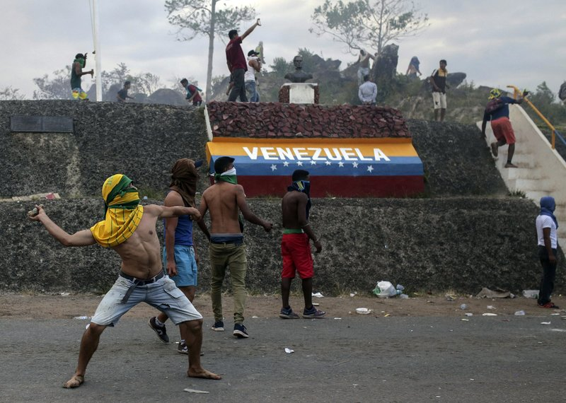 Photo of Venezuela standoff turns deadly as troops block aid delivery