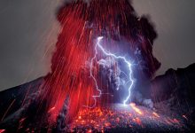 Photo of Lightning and lava gather in one scene in Japan