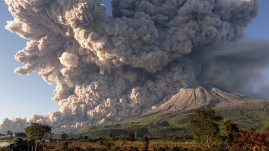 Photo of Volcano in Indonesia emits a cloud of ash to a height of 5 km